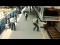 שוטר הציל את האיש מדריסת רכבת