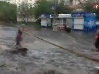 רוסיה: לקח גלשן בזמן הצפת מים בכבישים וגלש