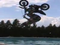צפו: קפץ עם אופנוע לבריכה