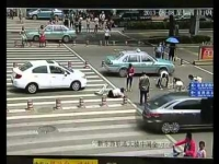 צפו: המזומנים התפזרו על הכביש בדריסה - עוברי אורח אספו הכול