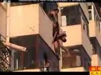 צפו: הצעירה נפלה מהחלון - בן זוגה תפס אותה בדרך למטה.
