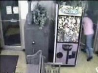 צפו: ילדה נתקעה בתוך מכונת בובות בגלל שניסתה לגנוב בובה מהמכונה