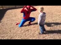 הילד היה מופתע כשראה את אביו חוזר מהצבא בלבוש של ספיידרמן