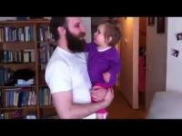 צפו: תינוקת בוכה בגלל העלמות זקן של אבא