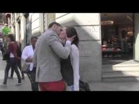 הבחור הספרדי מבקש נשיקות ברחוב ולא מפסיק לקבל