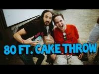 Steve Aoki דופק עוגה ממרחק של 24 מטר לפרצוף של מעריץ בכיסא גלגלים