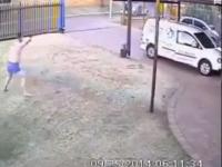 צפו: איש עם תחתונים מבריח 3 שודדים חמושים