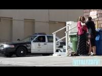 [מתיחה] - תוקף בובת אישה ליד שוטרים