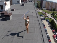 """בחורה נתפסה משתזפת בעירום בגג הבניין על ידי רחפן מזל""""ט"""