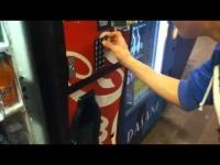 איך להוציא שתיה חינם ממכונת משקאות