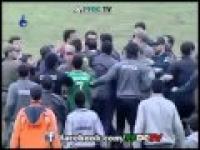 טירוף ! אוהדי כדורגל איראניים מבצעים לינץ' אכזרי בשופט!