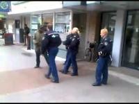 4 שוטרים לא מצליחים לעצור בחור 1
