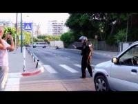 עובדים על המשטרה עם תיק מלא בצבע