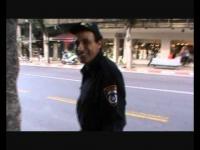 שוטר קופץ מבהלה