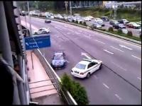 3 ניידות משטרה נגד מכונית ספורט אחת