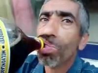 בחור מוזר ומכוער שותה מבקבוק קולה ענק