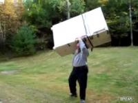 גבר בן 70 מרים מקרר ענק לבד