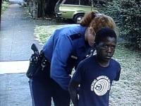 שוטרת עוצרת ואוזקת באזיקים ילד בן 7