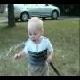 חמוד! תינוק מנסה לשתות מים מצינור