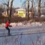 צפו: גולש סקי חיבר את עצמו לרכבת וטס במהירות 80 קמ''ש