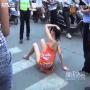 צפו: אישה בביקיני מתעסקת עם המשטרה בתנועה
