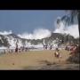 צפו: חוף עם גלים מתנפצים על המזח