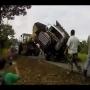 צפו: חילוץ המשאית הפך להידרדרות