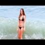 צפו: נערת ביקיני סקסית מקבלת פצצת גל במהלך צילומים