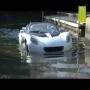 צפו: המכונית שצוללת מתחת למים