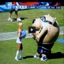 בובה אוכלת מעודדת במשחק פוטבול