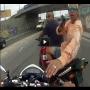 צפו: שוד אופנוע אלים לעיני המצלמה