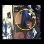 """צפו: מנהל סניף של """"פיצה האט"""" תועד במצלמות האבטחה כשהוא עושה את צרכיו במטבח"""