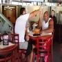צפו: מתאגרף תוקף את אלוף העולם בתוך מסעדה