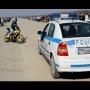 אופנוען עושה דריפטים מול ניידת משטרה ובורח להם