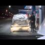 אישה מדליקה את הרכב שלה באש בטעות בתוך תחנת דלק בזמן תידלוק - פשוט הזוי!