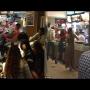 צפו: לקוחות מרביצים לעובדי מקדונלדס