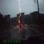 מכונית חוטפת מכת ברק ישירה במהלך נסיעה