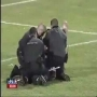 שוטר שהשתמש באלימות כלפי אוהד כדורגל קיבל בראש