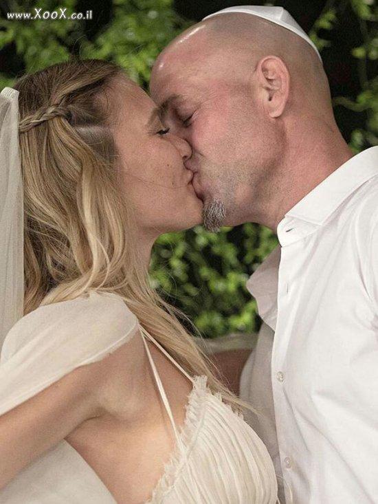 עדי עזרא ובר רפאלי מתנשקים
